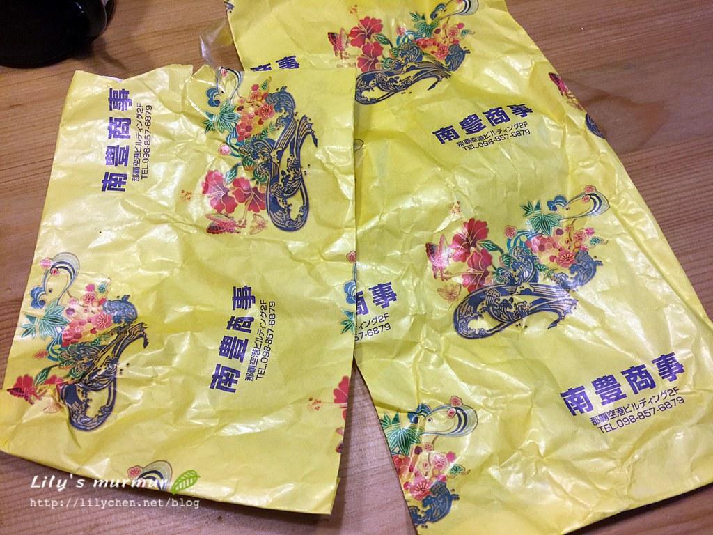沖繩女安檢把辣油跟我的泡盛辣椒收走之後,把包裝紙還給我。
