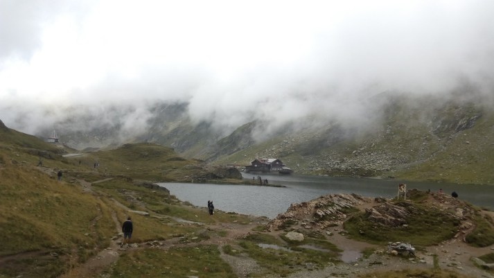 Lacul Balea invaluit de nori