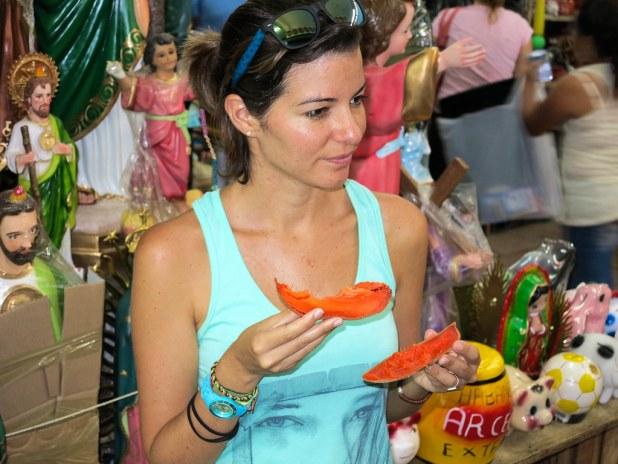 Probando fruta del Yucatán
