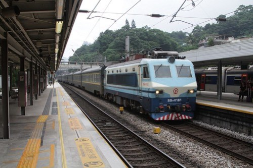 SS8 0181 leads a northbound Through Train express through Sha Tin station