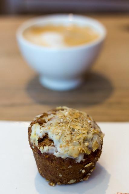 Muffin de zanahoria y café con leche de soja en Le Pain Quotidien