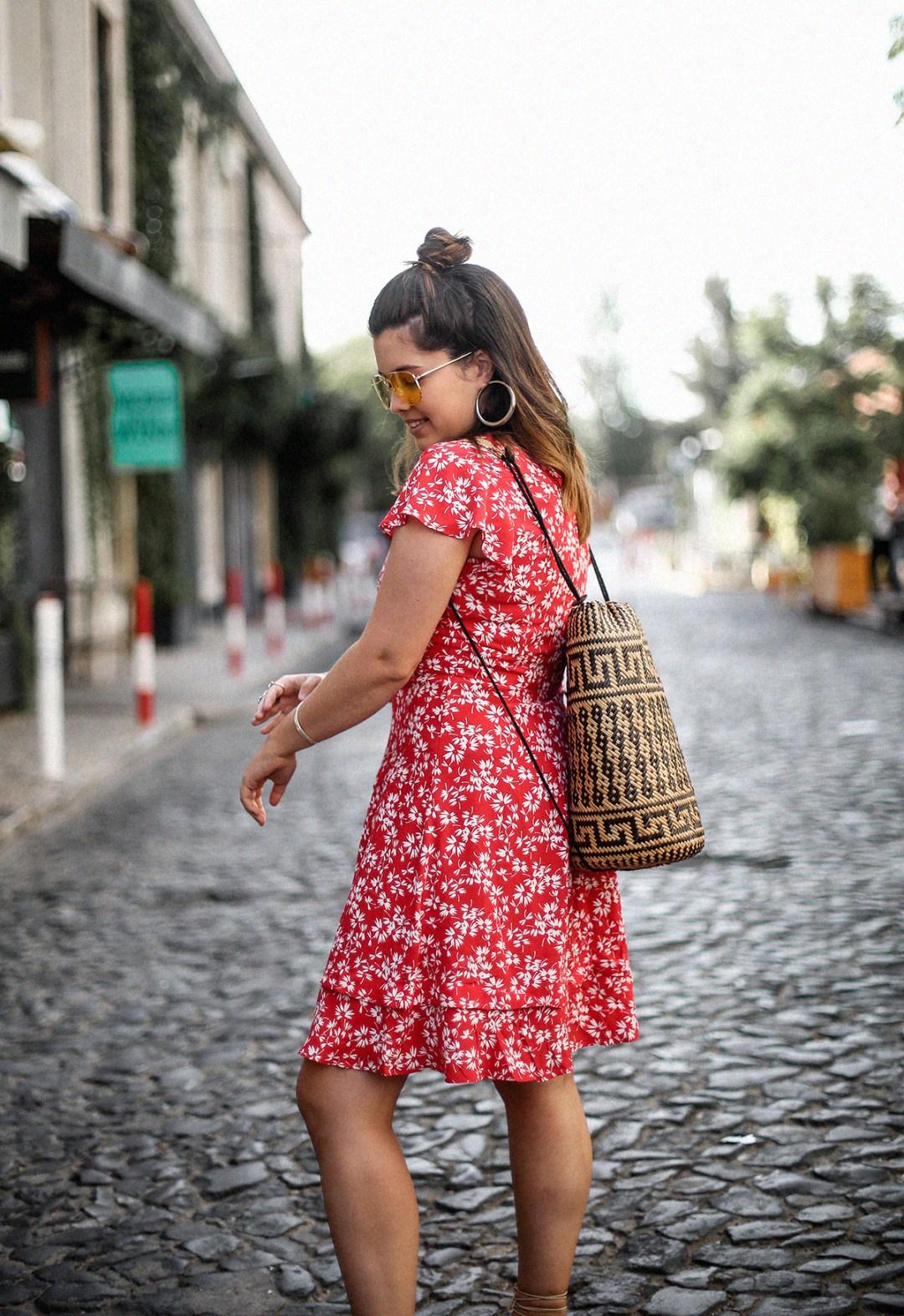 vestido-rojo-volantes-sandalias-lazos-mochila-ratan-travel-lx-factory-lisbon8