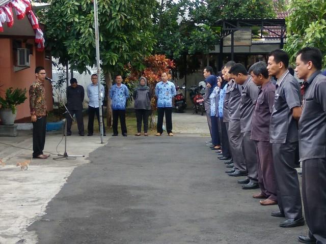 Komisioner KPU Agus Safei menjadi pemimpin upacara pada apel pagi di halaman kantor KPU (18/9)
