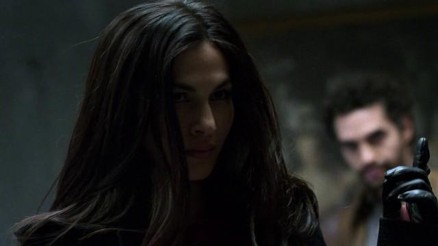 Elektra mostrando que quem manda é ela. Os Defensores 1x07: Fish in the Jailhouse