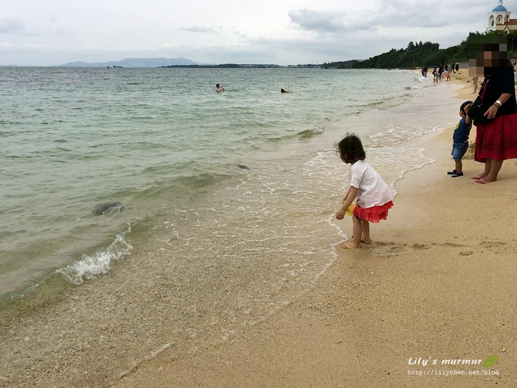 小妮第一次踏浪