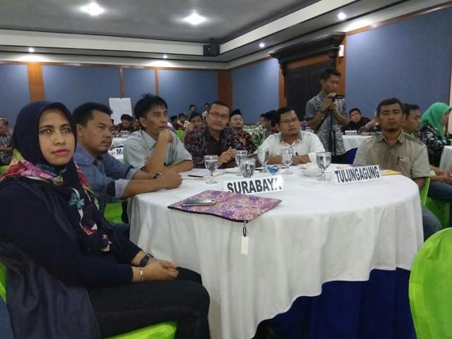 Ketua KPU Tulungagung, Suprihno, dan anggota KPU Tulungagung, Suyitno Arman, bersama anggota KPU Kabupaten/Kota se-Jatim saat menghadiri acara bimtek di Grand Whiz Hotel Trawas (19/10)