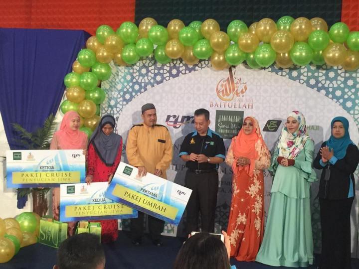 Pemenang bergambar bersama Tuan Haji Abdul Muis Sheffii, Timb. Ketua Pengarah Penyiaran (Strategik) dan pihak penaja
