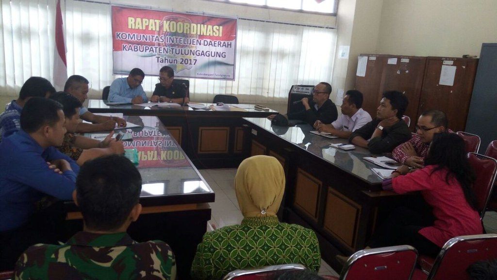 Victor Febrihandoko menyampaikan paparan saat rakor di Kantor Bakesbangpol Kabupaten Tulungagung, Kamis (28/9)