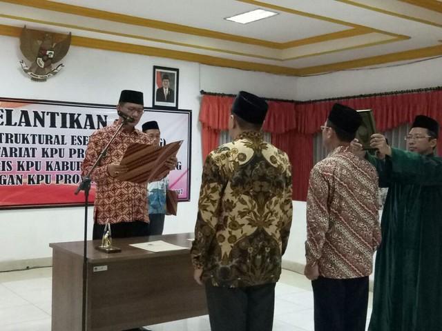Drs. Mundiyar (kanan) saat diambil sumpahnya sebagai Sekretaris KPU Tulungagung oleh Sekretaris KPU Jatim, H.M. Eberta Kawima, SH., M.Si, Minggu (8/10) malam.