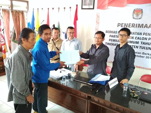 Partai Amanat Nasional (PAN) Serahkan Berkas Pendaftaran Parpol Ke KPU Tulungagung (16/10)