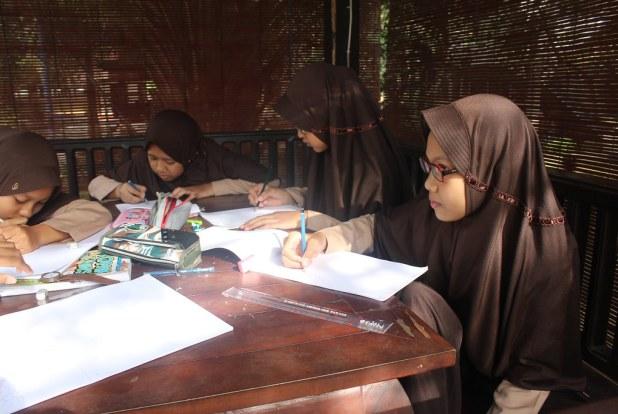 Para siswa tengah menggambar obyek di Balai Bengong sekolah