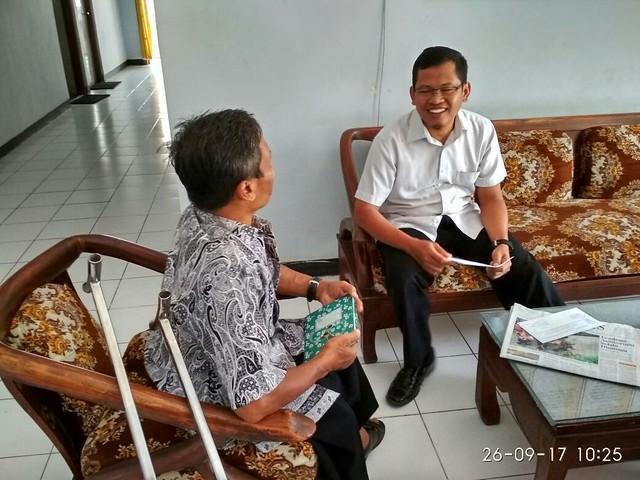 Ketua KPU Tulungagung, Suprihno memberikan informasi terkait pilkada 2018 kepada perwakilan percatu dalam kunjungannya ke KPU Tulungagung (26/9)