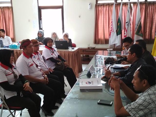 Pengurus Partai Perindo saat menyerahkan berkas ke KPU Tulungagung (9/10)