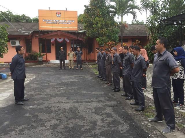 Suprihno saat memberi pengararahan saat apel pagi di halaman Kantor KPU Tulungagung, Senin (16/10)