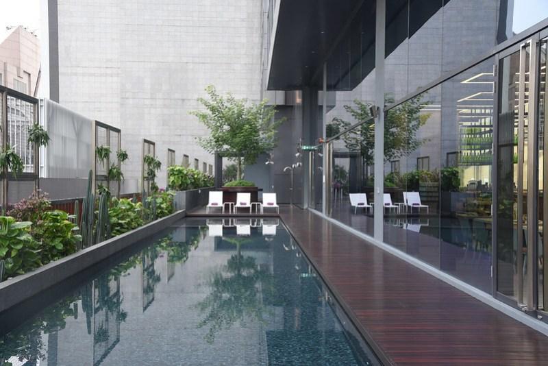 swimming pool at yotel singapore