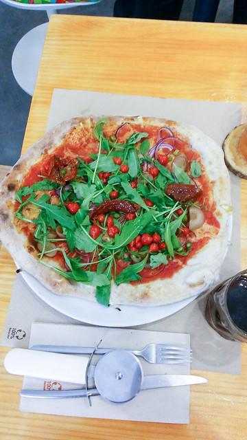 Pizza con pimientos lágrima en Pizzie & Dixie