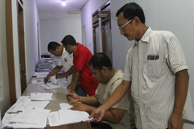 Sekretaris KPU Drs. Mundiyar ketika mengecek berkas pendaftaran PPK/PPS di Kantor KPU Tulungagung (22/10)