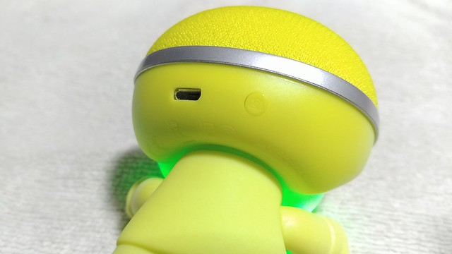 ด้านหลังศีรษะ เป็นพอร์ต Micro USB และ ปุ่ม Power