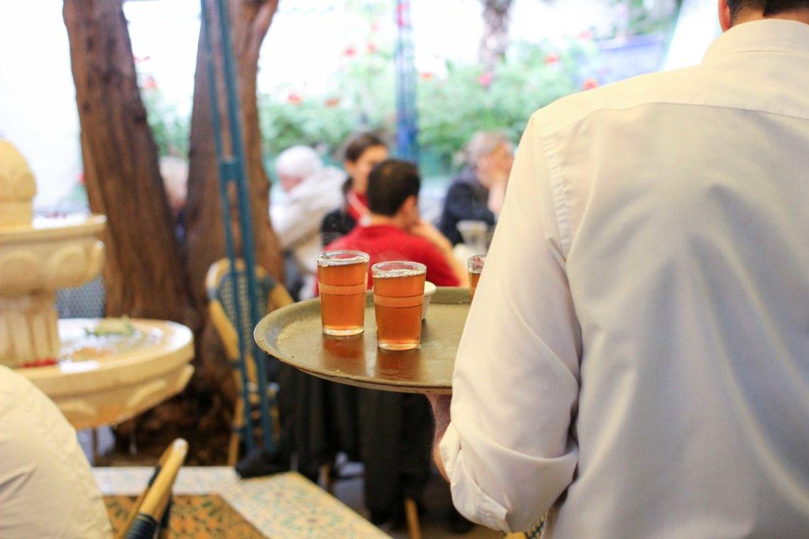Boire du thé marocain à Paris