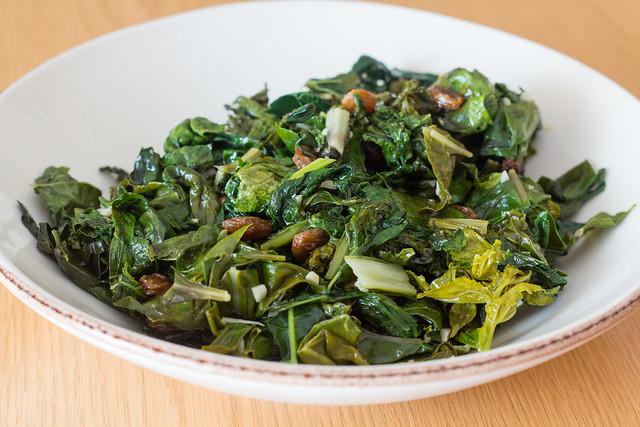Berza, acelga y hojas de daikon con pasas