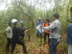 nge-check Patok tanah dalam hutan