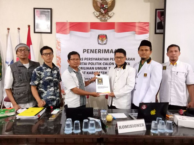 Suprihno menerima berkas persyaratan pendaftaran dari DPD PKS Tulungagung, Senin (16/10)