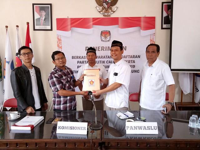 Partai Gerindra Tulungagung serahkan berkas persyaratan parpol pemilu 2019 ke KPU Tulungagung (15/10)