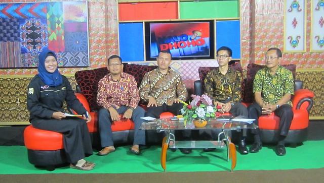 Tiga komisioner KPU Tulungagung dan Sekretaris KPU Tulungagung, Mundiyar, berinteraktif dengan permirsa Dhoho TV dalam acara talk show, Kamis (26/10)