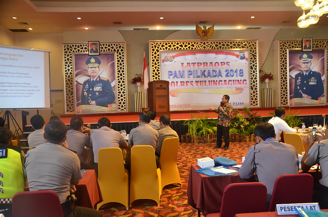 Ketua KPU Tulungagung suprihno saat menyampaikan materi dalam LATPRAOPS PAM PILKADA 2018 oleh Polres Tulungagung di Hotel Istana (30/11)
