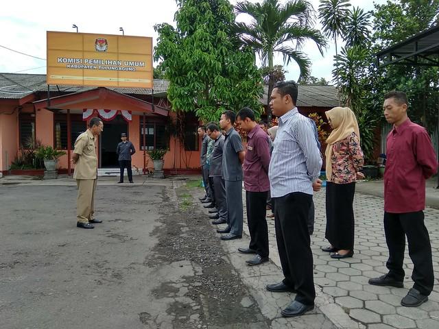 Sekretaris KPU Tulungagung Drs. Mundiyar saat memimpin apel pagi hari senin di halaman KPU Tulungagung (06/11)