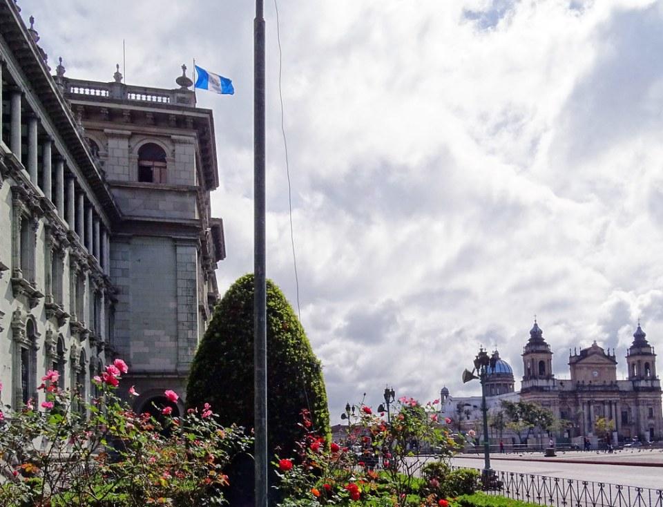 Catedral Metropolitana y Palacio Nacional de la Cultura Parque Central o Plaza de la Constitucion ciudad de Guatemala 03