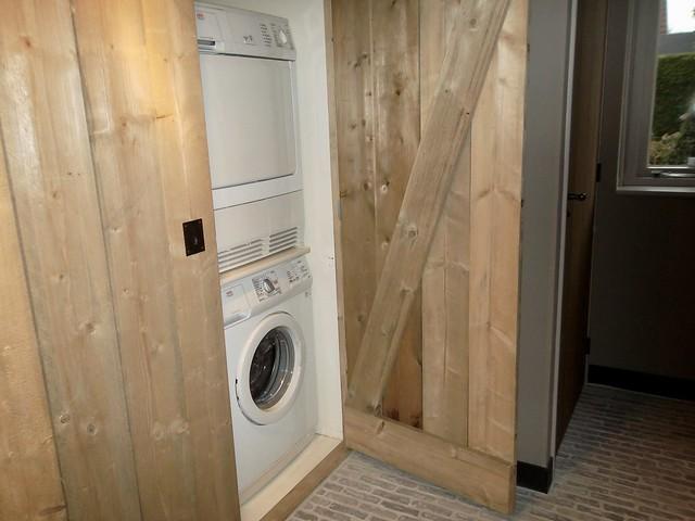 Wasmachine en droger achter houten deuren
