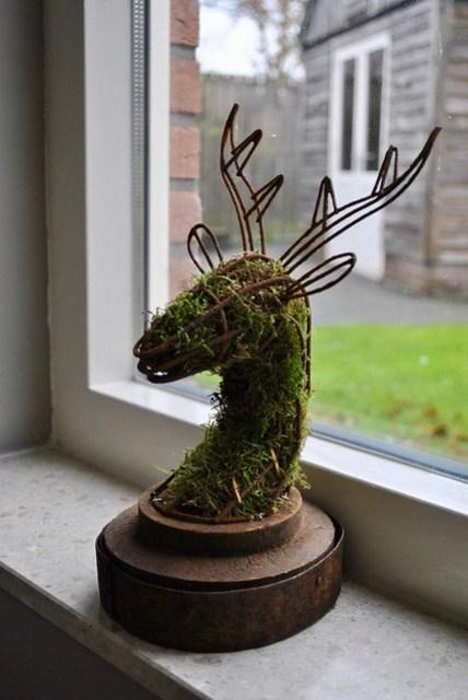 Hertenkop met mos op vensterbank