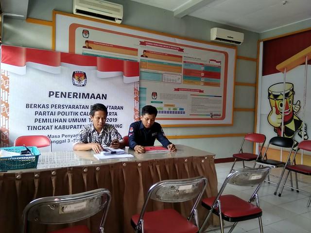 tengah bersiap ; petugas penerimaan berkas pendaftaran parpol dalam pemilu 2019 di kantor KPU tulungagung (22/11)