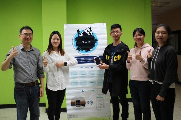 謝瑞建老師、葉淑鈴、林遠東、陳坤晴、陸夢思(由左至右)四位同學皆是陸生