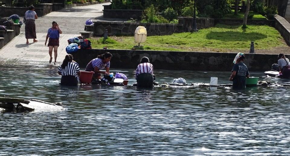 Santiago Atitlan mujeres lavando ropa en el lago Guatemala 05