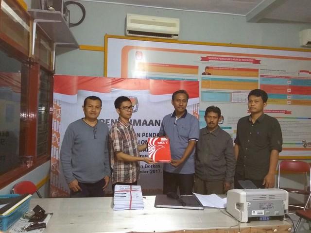 Anggota Komisioner KPU Agus Syafei di temani Suyitno Arman menerima berkas pendaftaran calon peserta pemilu 2019 dari PKPI (22/11)