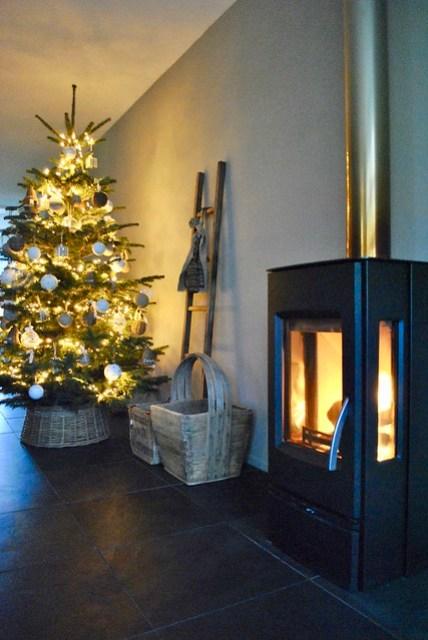 Houtkachel kerstboom in rieten mand
