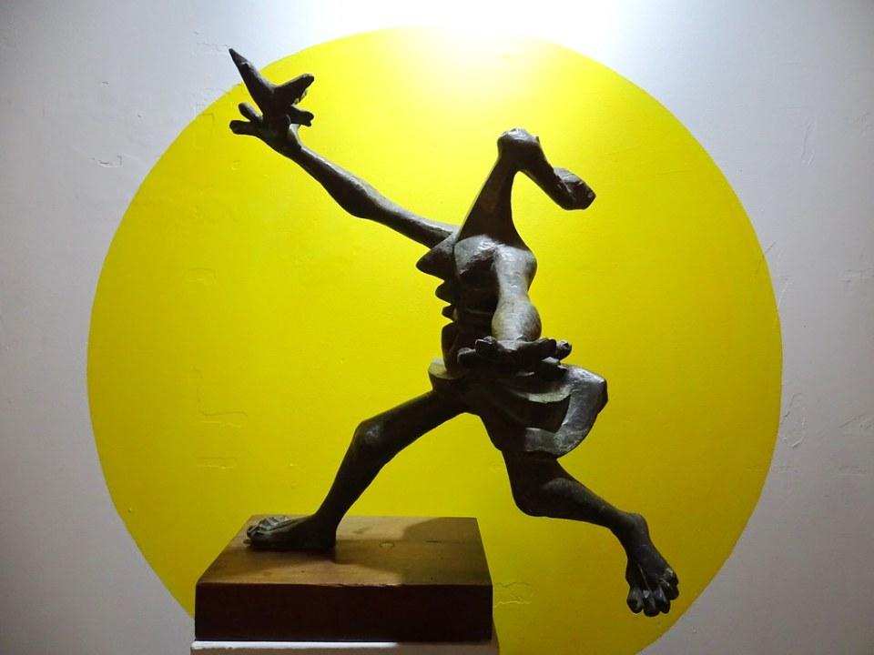 Escultura de Roberto Gonzalez Goyri Cazadora de Pajaros Museo Nacional Arte Moderno Carlos Merida Ciudad de Guatemala