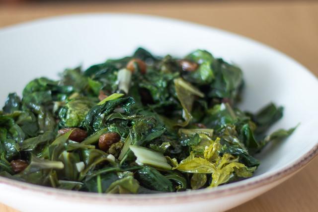 Berza, hojas de daikon y acelgas con pasas