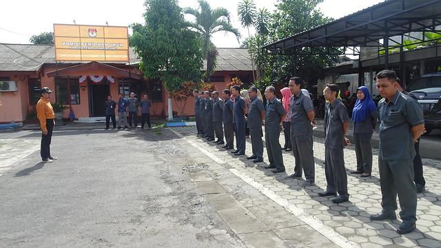 Anggota KPU Tulungagung Victor Febrihandoko, memimpin apel pagi hari senin di halaman KPU Tulungagung (20/11)