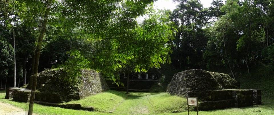 Yaxha Juego de Pelota del Palacio Ciudad Maya Sitio Arqueologico Guatemala 02