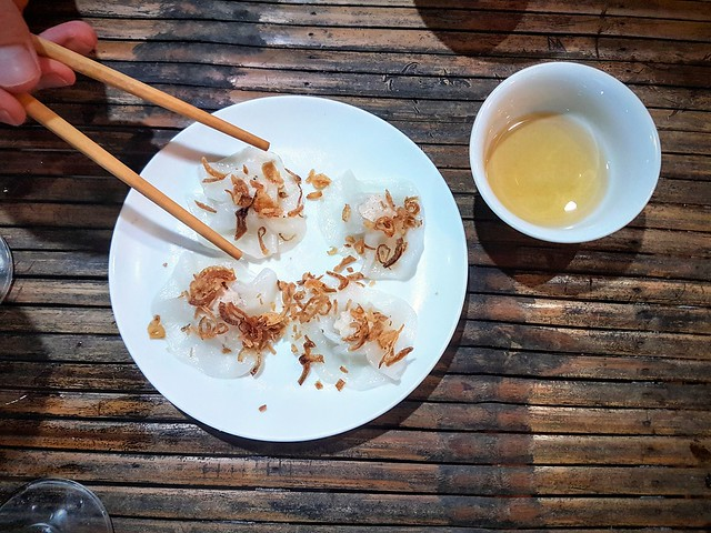 Découvrir des spécialités locales sur un coin de table au Vietnam, on vous présente les white roses (crevettes ou boulettes de viande dans des ravioles de riz vapeur)!