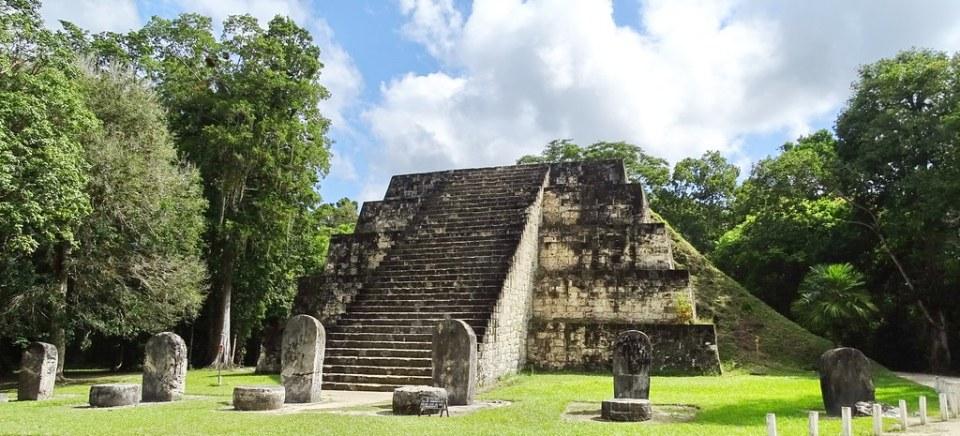 Tikal Piramides Gemelas ciudad Maya Sitio Arqueologico Guatemala 03