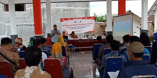Salah satu anggota PPK Robbah Fatawi saat memberikan pengarahan kepada anggota PPS di aula kantor Kecamatan Ngantru (11/12)