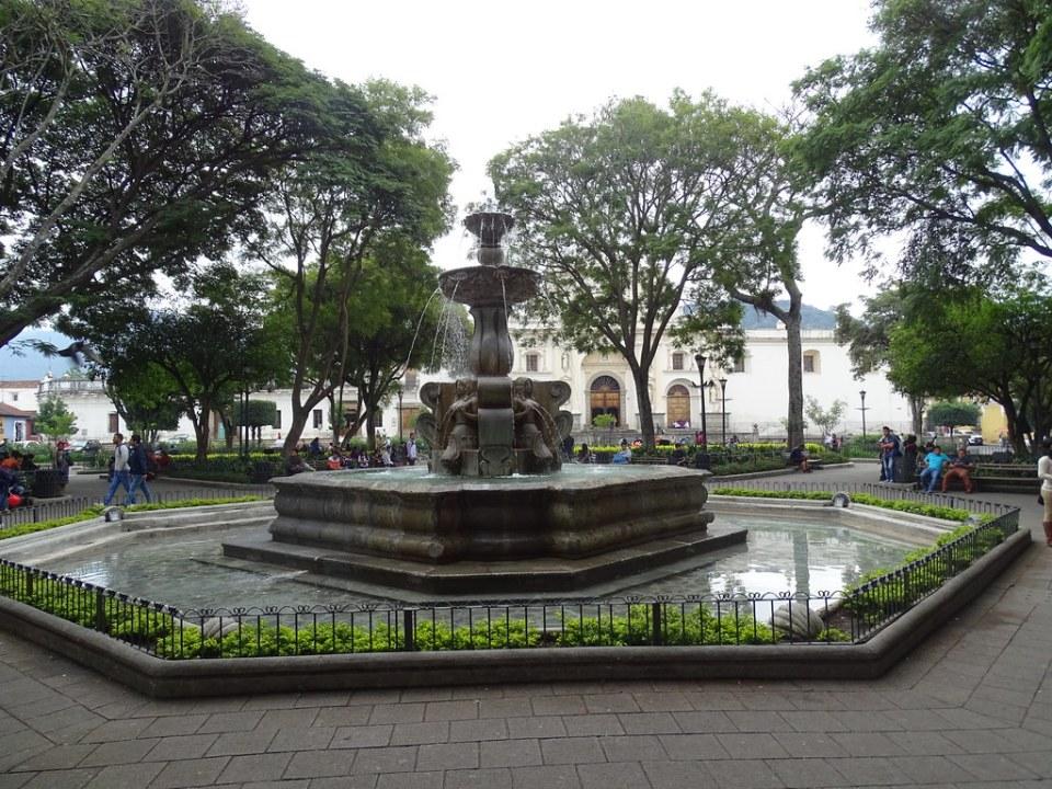 Antigua fuente de las sirenas Parque Central Guatemala 04
