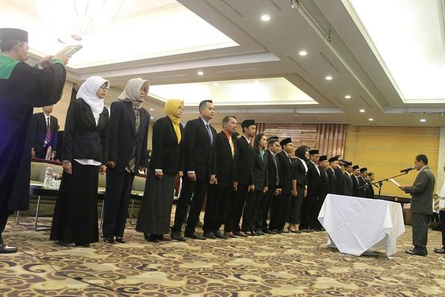 Ketua KPU Suprihno, M.Pd saat menandatangani pakta integritas di Hall Crown Victoria Hotel kemarin (22/11)