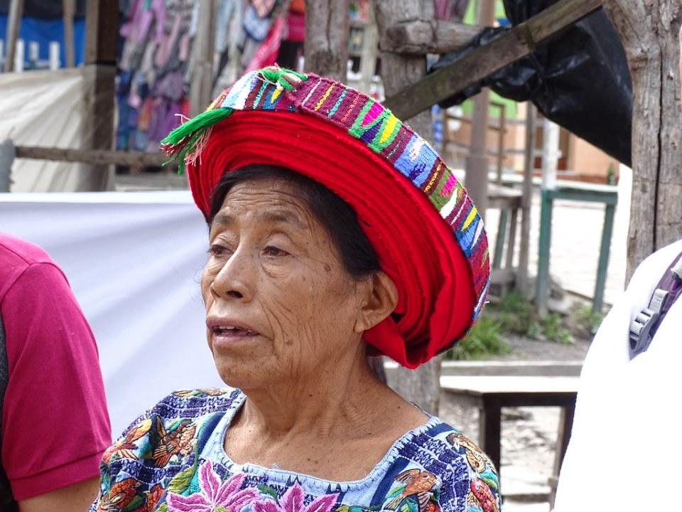 Santiago Atitlan demostracion del Tocoyal como se lo enrollan en la cabeza Guatemala 01