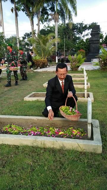 Sekretaris KPU Tulungagung mundiyar mengikuti ziarah nasional di TMP Tulungagung (10/11)
