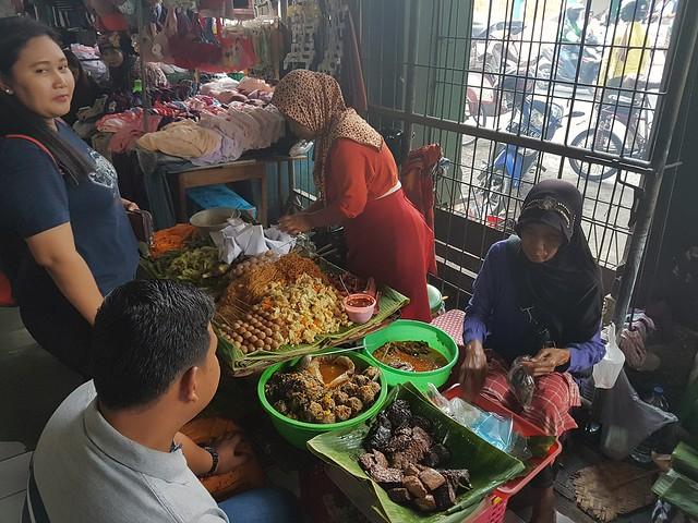 Manger sur un marché entre deux petites culottes